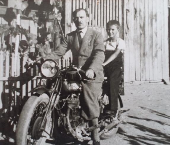 Motorrad mit Vater und Sohn